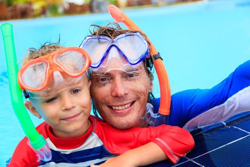Het gelukkige vader en zoons het snorkelen maken selife royalty-vrije stock foto's