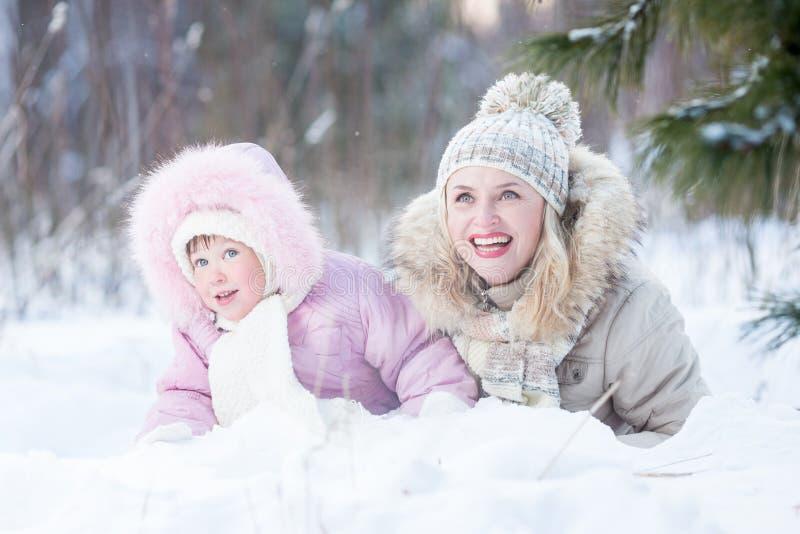 Het gelukkige van de familiemoeder en dochter spelen met stock afbeeldingen
