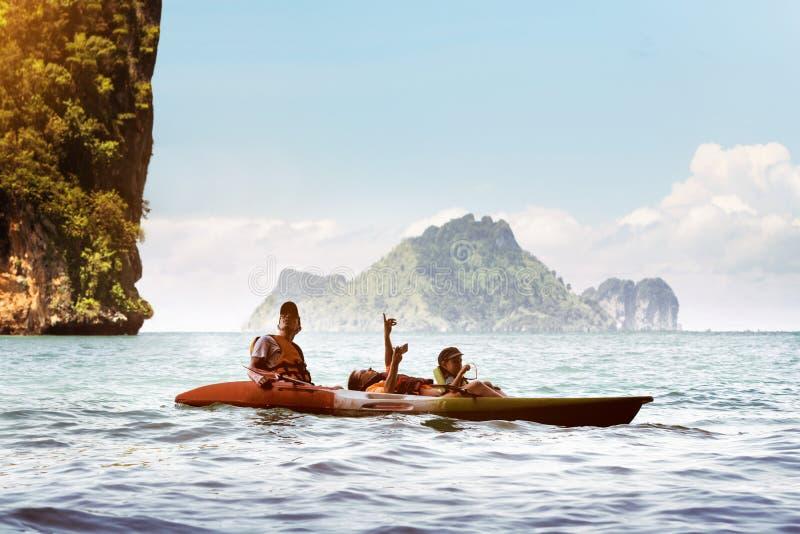 Het gelukkige van de de moederzoon van de familievader kayaking overzees Thailand stock fotografie