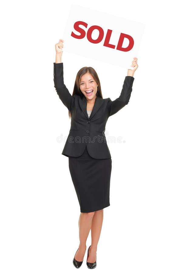 Het gelukkige verkocht tonen van Realtor teken royalty-vrije stock afbeelding