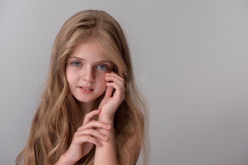 Het gelukkige verrukkelijke kind stelt met vreugde royalty-vrije stock foto's