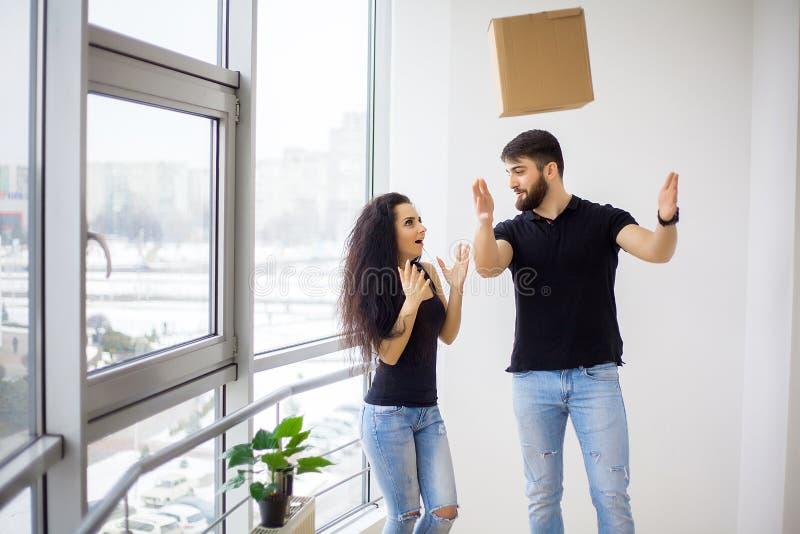 Het gelukkige volwassen paar bewegen zich uit of binnen aan nieuw huis stock afbeeldingen