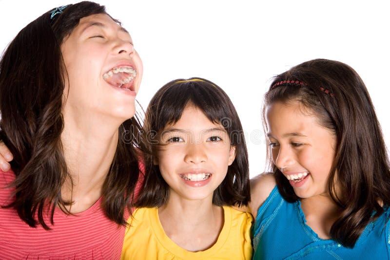 Het gelukkige vrienden lachen stock afbeeldingen