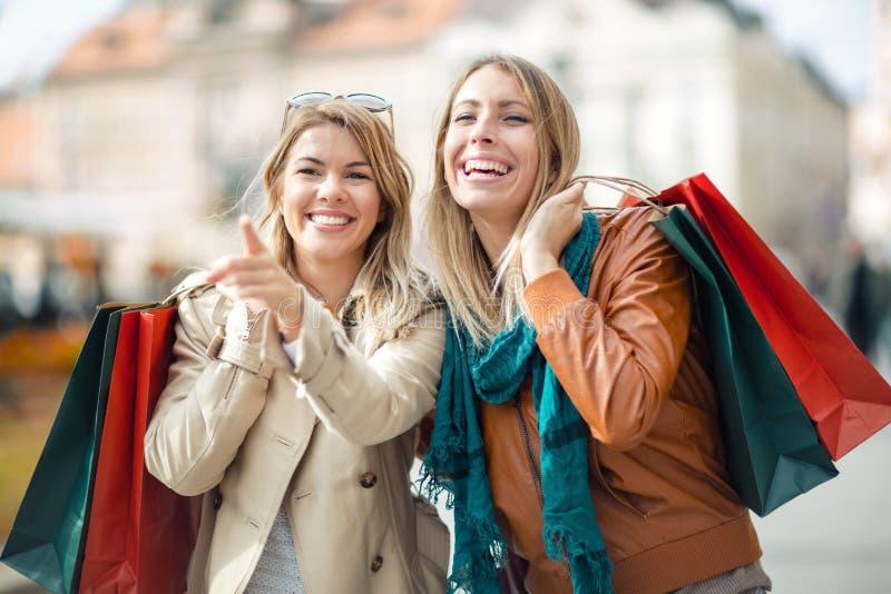 Het gelukkige vrienden winkelen royalty-vrije stock afbeelding