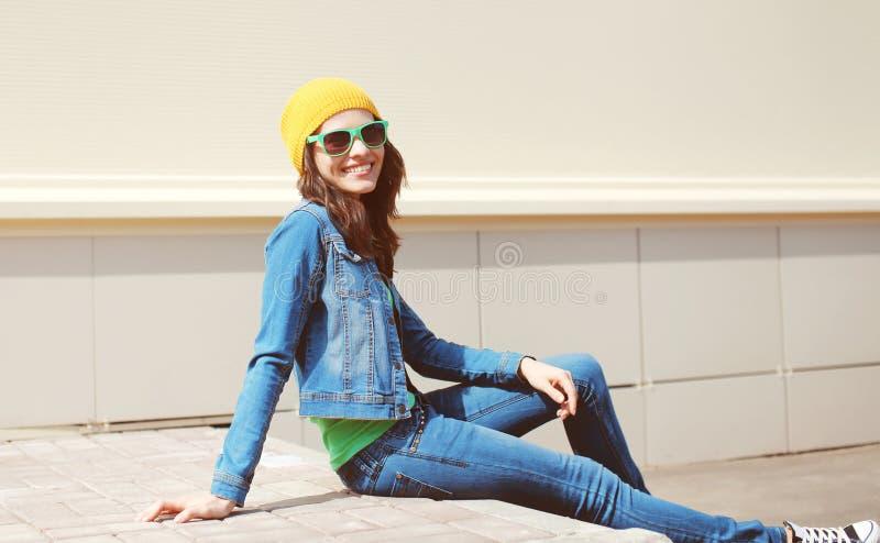 Het gelukkige vrij jonge vrouw dragen zonnebril en jeanskleren stock fotografie