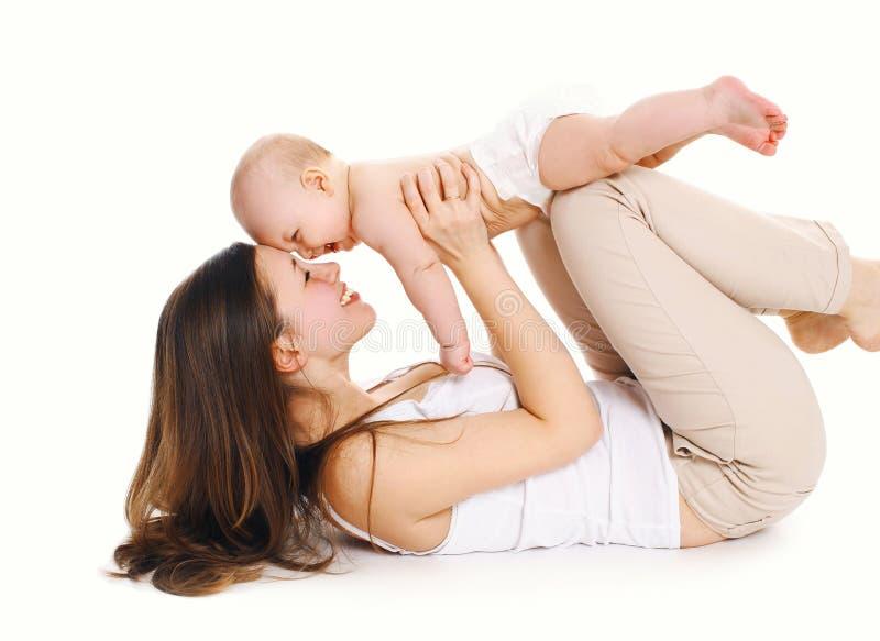 Het gelukkige vrolijke moeder spelen met baby op witte achtergrond stock afbeeldingen