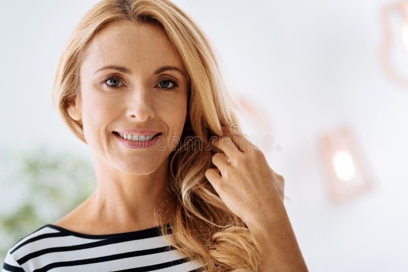 Het gelukkige vrolijke vrouw glimlachen royalty-vrije stock afbeelding
