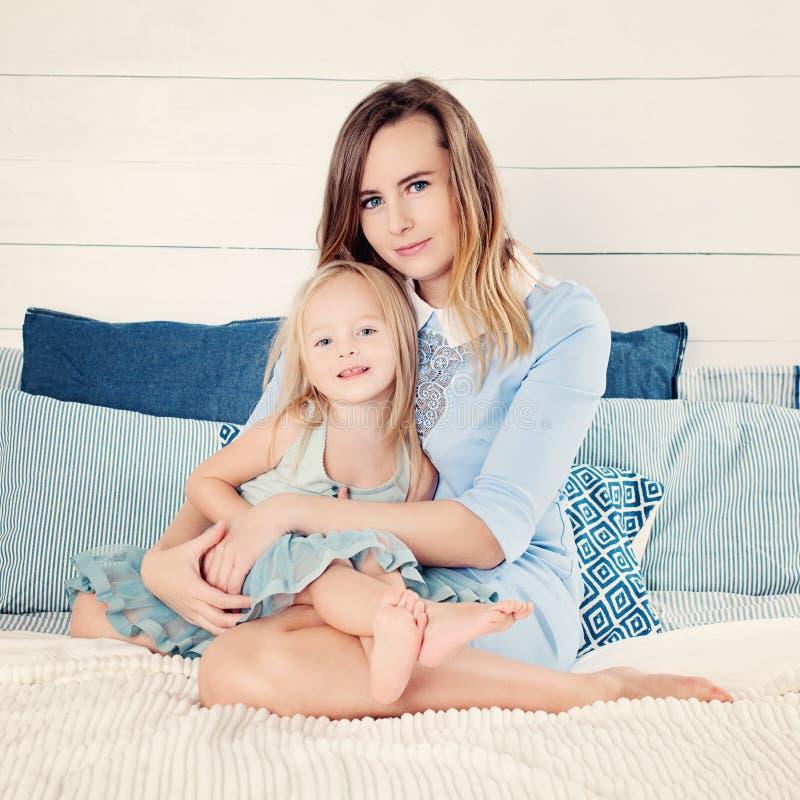 Het gelukkige Vrouw en Kindmeisje Omhelzen stock foto's