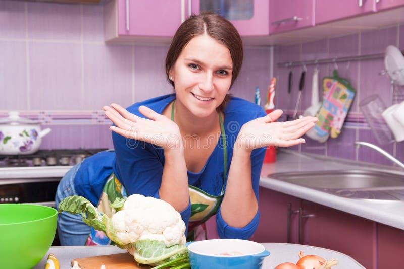 Het gelukkige vrouw koken stock foto