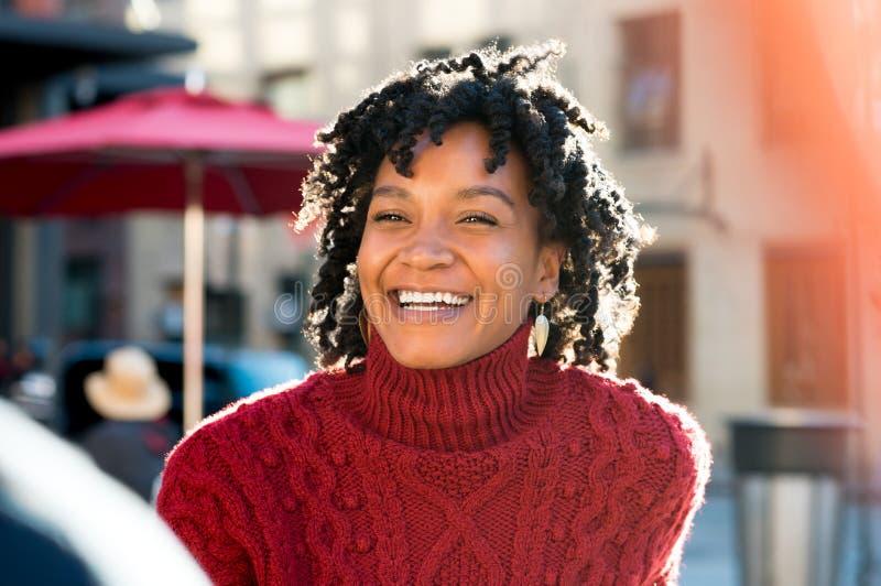 Het gelukkige vrouw lachen stock foto
