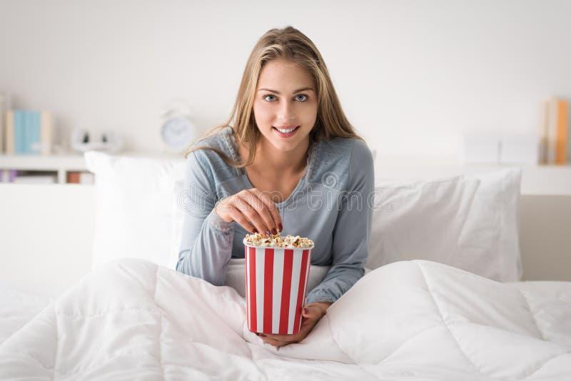 Het gelukkige vrouw ontspannen in bed stock fotografie