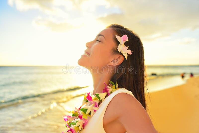 Het gelukkige vrouw ontspannen op het strandvakantie van Hawaï stock afbeeldingen