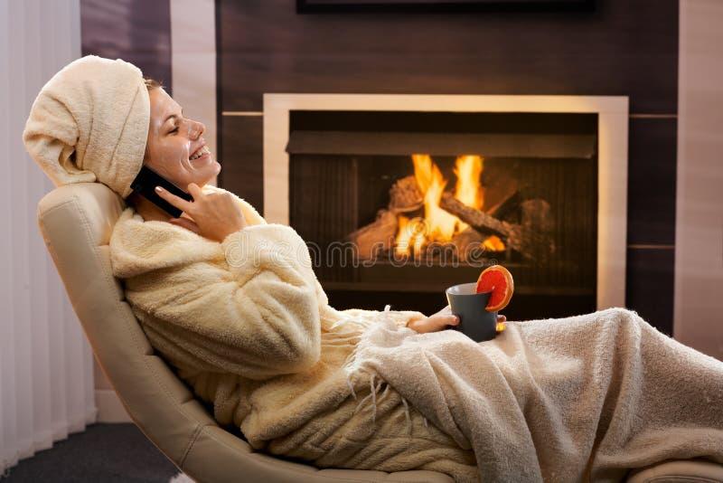 Het gelukkige vrouw ontspannen in schoonheidsmasker stock afbeelding