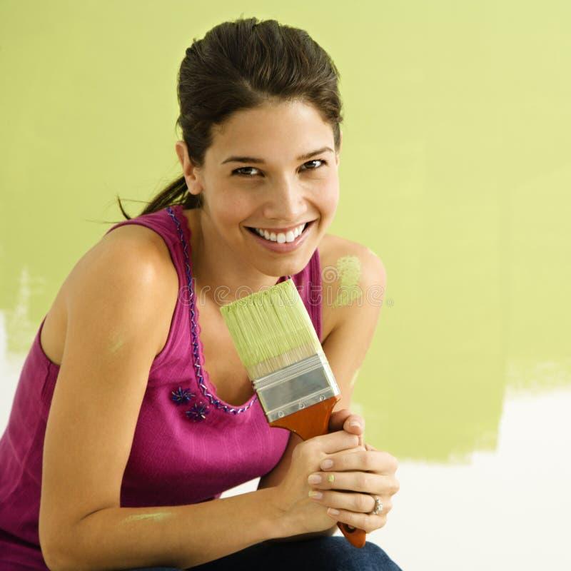 Het gelukkige vrouw schilderen. royalty-vrije stock afbeelding