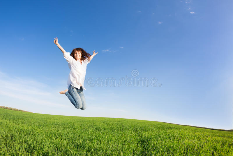 Het gelukkige vrouw springen royalty-vrije stock afbeelding