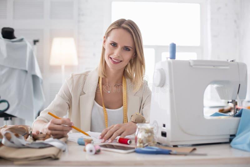 Het gelukkige vrouwelijke meer couturier schetsen royalty-vrije stock foto