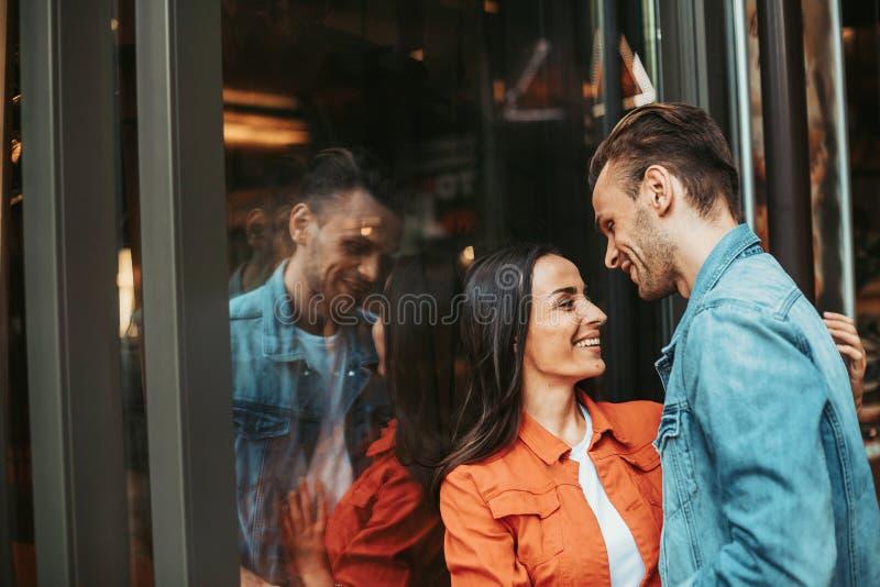 Het gelukkige vrouwelijke spreken met uitgaande vriend openlucht stock fotografie