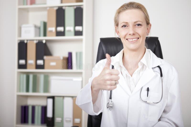 Het gelukkige Vrouwelijke Teken van Artsenshowing thumbs up stock foto's