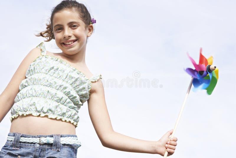 Het gelukkige Vuurrad van de Meisjesholding tegen Duidelijke Hemel royalty-vrije stock foto