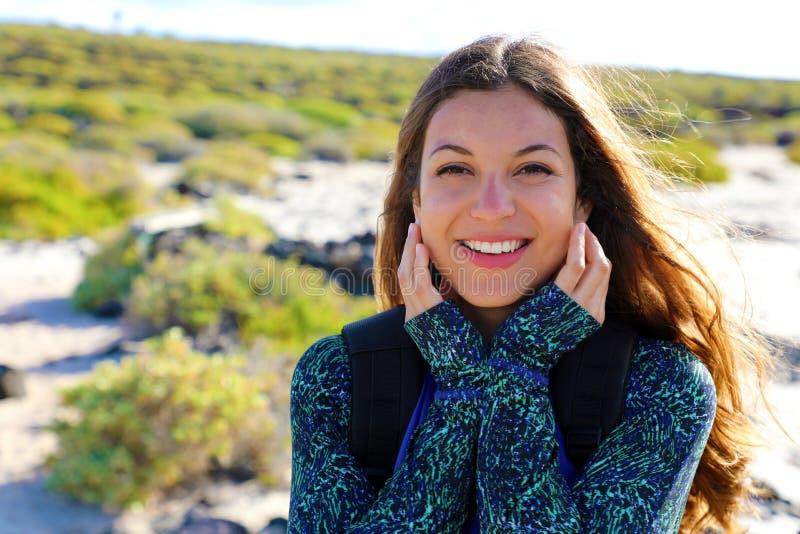 Het gelukkige wandelaarwijfje verbrandde glimlachend bij camera in haar de zomervakantie in Lanzarote Eiland, Spanje stock afbeeldingen