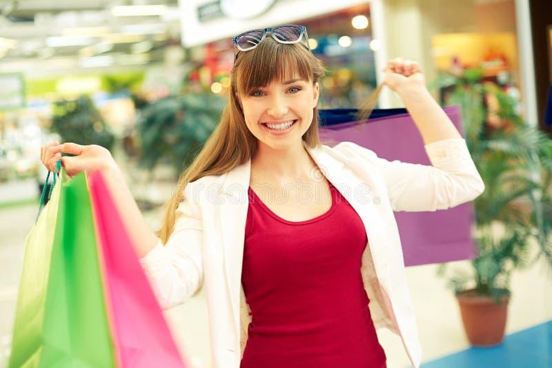 Het gelukkige winkelen stock foto