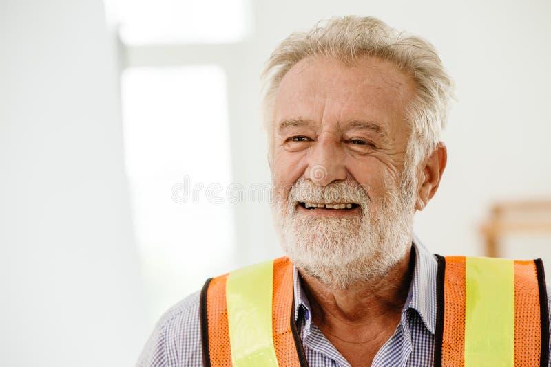 Het gelukkige zachte het glimlachen hogere portret van de architecteningenieur stock foto's