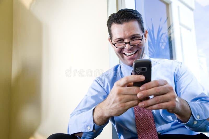 Het gelukkige zakenman texting op mobiele telefoon royalty-vrije stock foto's