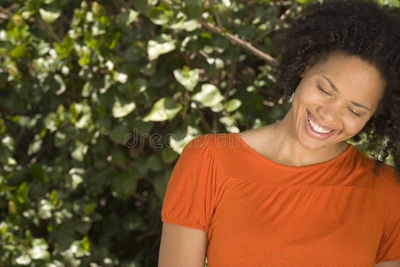 Het gelukkige zekere vrouw Afrikaanse Amerikaanse glimlachen royalty-vrije stock foto