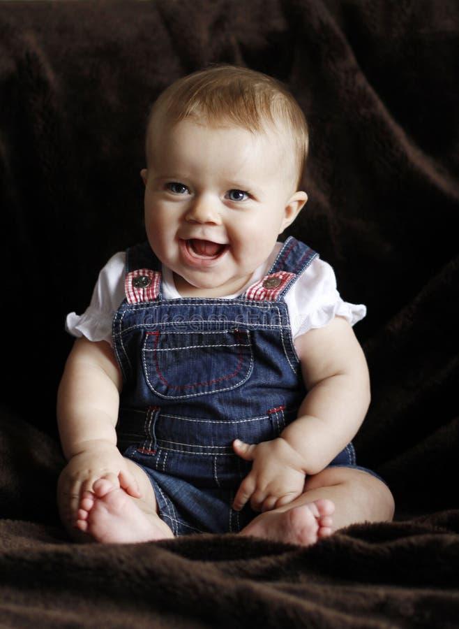 Het gelukkige zuigelingsbaby lachen stock foto's