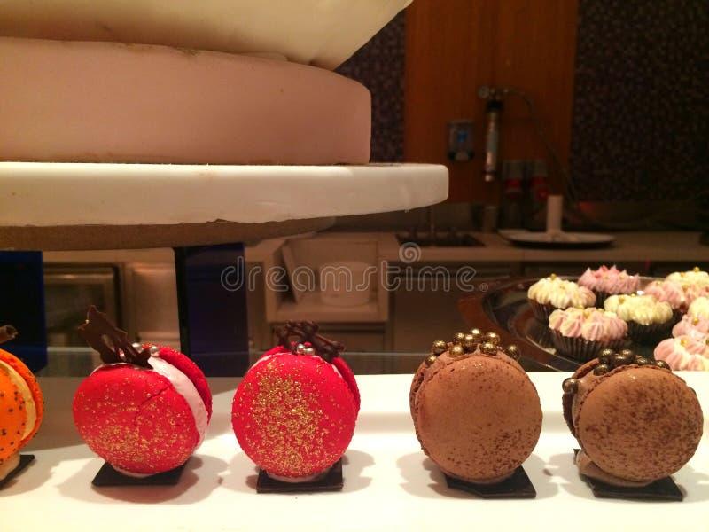 Het gemakkelijke en Heerlijke voedsel van de partijvinger, buttercream aardbei en chocolade Franse elegante Macaron verfraait met royalty-vrije stock afbeeldingen