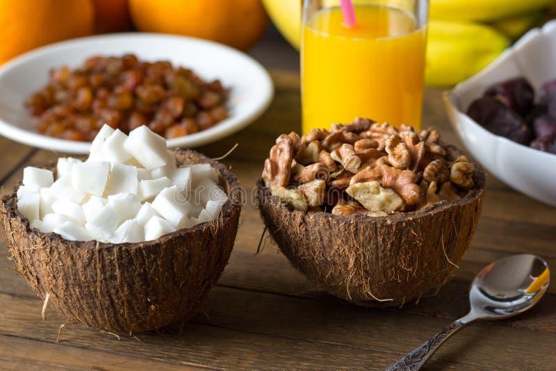 Het gemakkelijke ruwe kokosvlees van het dieetontbijt, okkernootpitten in koppen van kokosnotenshell royalty-vrije stock foto's