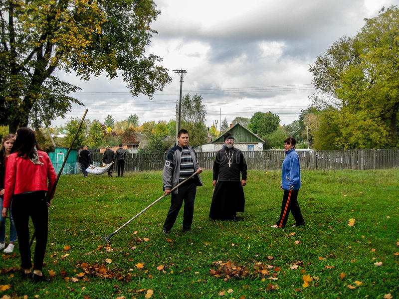 Het gemeenschappelijke optreden van de Witrussische Unie van de jeugd en de priesters van de Orthodoxe Kerk in Gomel-gebied stock fotografie