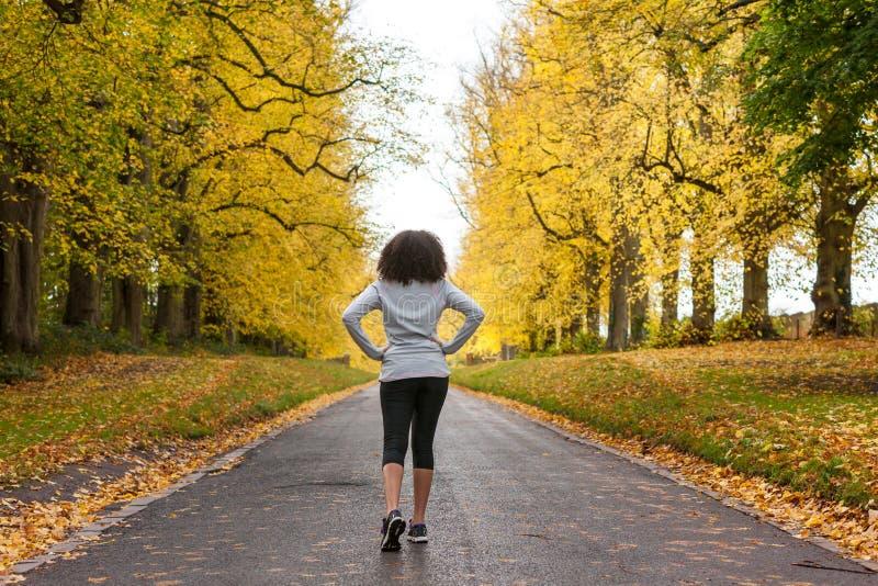 Het gemengde de Tienergeschiktheid van de Ras Afrikaanse Amerikaanse Vrouw Lopen stock afbeeldingen