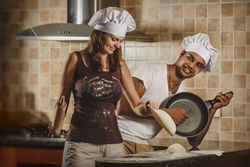 Het gemengde kokende diner van het Ras Jonge paar royalty-vrije stock afbeeldingen