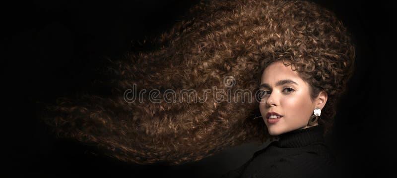 Het gemengde portret van het raszwarte met groot afrohaar, krullend haar Haarverzorgingconcept stock fotografie