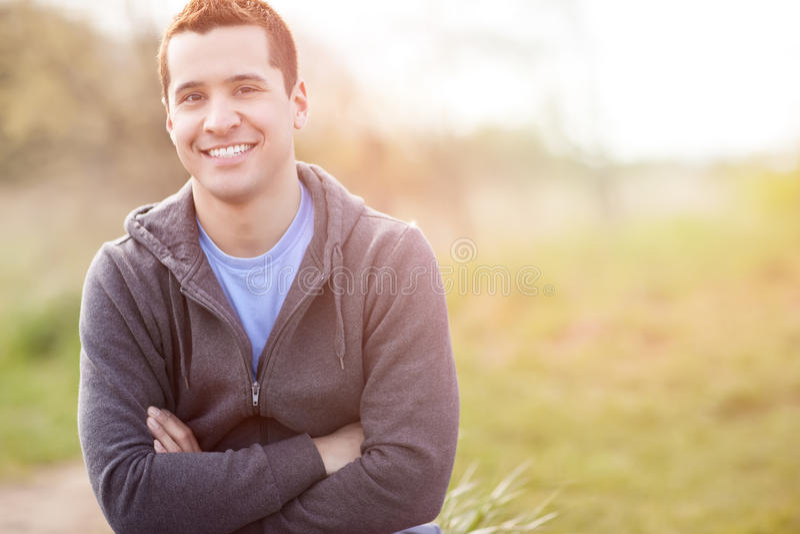 Het gemengde rasmens glimlachen stock afbeeldingen
