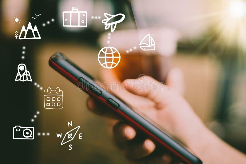 Het gemengde scherm van de reisvakantie pictogrammen op vrouwenhand die smartphone gebruiken stock fotografie