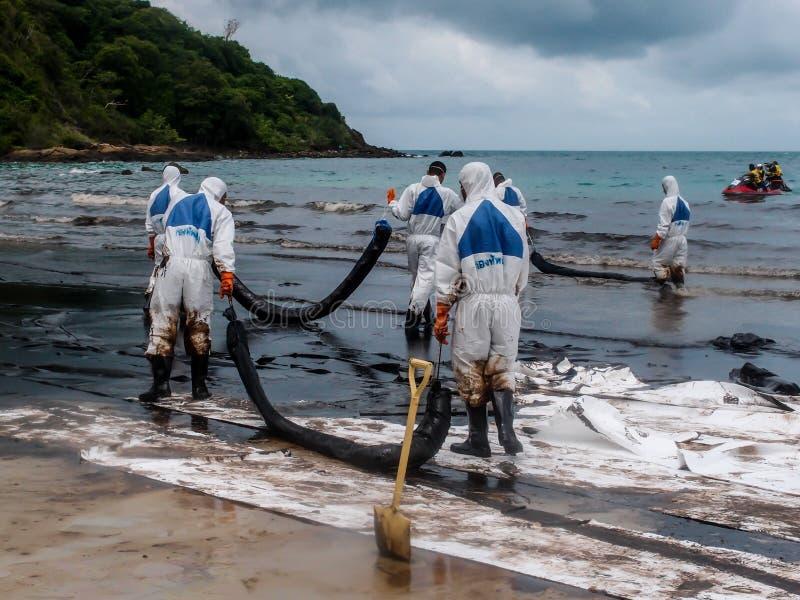 Het gemorste olie schoonmaken, Rayong, Thailand 2 stock fotografie