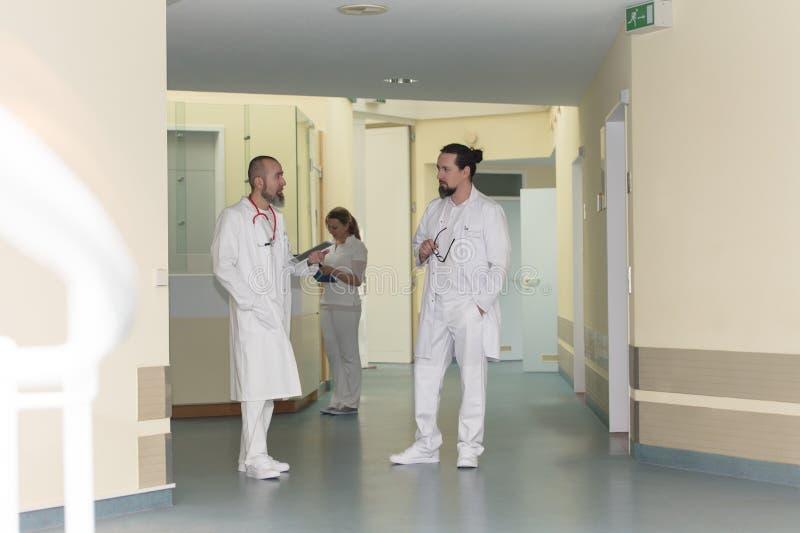 Het geneeskundepersoneel in het ziekenhuis bevindt zich in de gang royalty-vrije stock afbeeldingen
