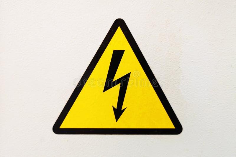 Het generische Teken van het Hoogspanningsgevaar, symbool Teken van het symbool van de gevaarshoogspanning op de witte muur waars stock foto's