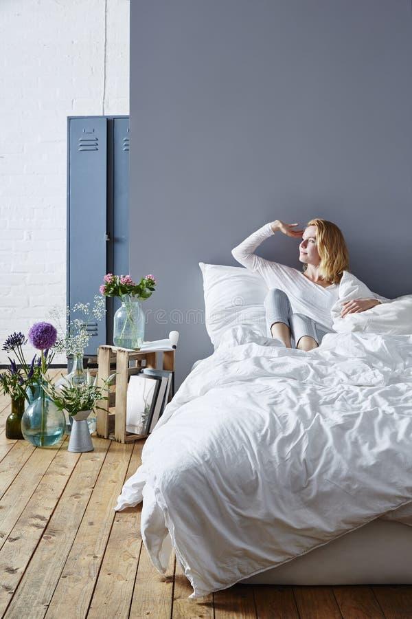 Het genieten van van dageraad in bed royalty-vrije stock afbeeldingen