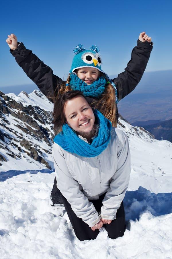 Het genieten van de van eerste sneeuw in de bergen stock fotografie