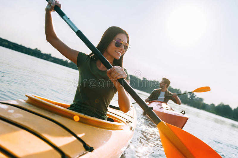 Het genieten van de zomer van dag op het meer royalty-vrije stock foto