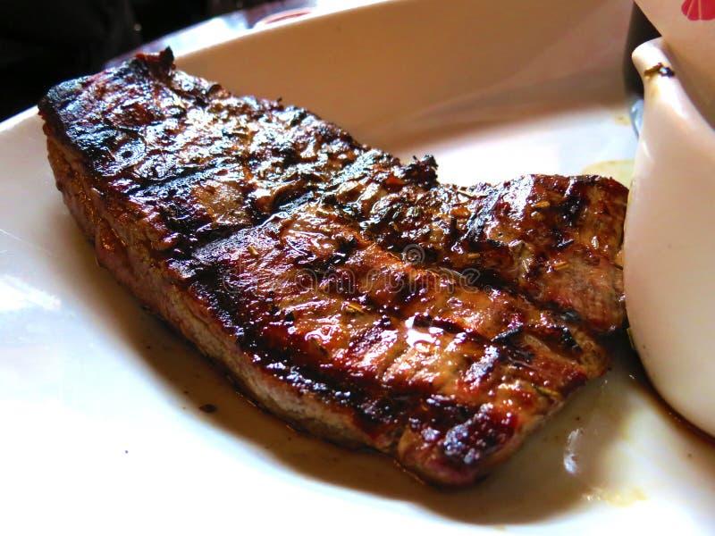 Het genieten van een van rundvleeslapje vlees voor diner stock afbeeldingen
