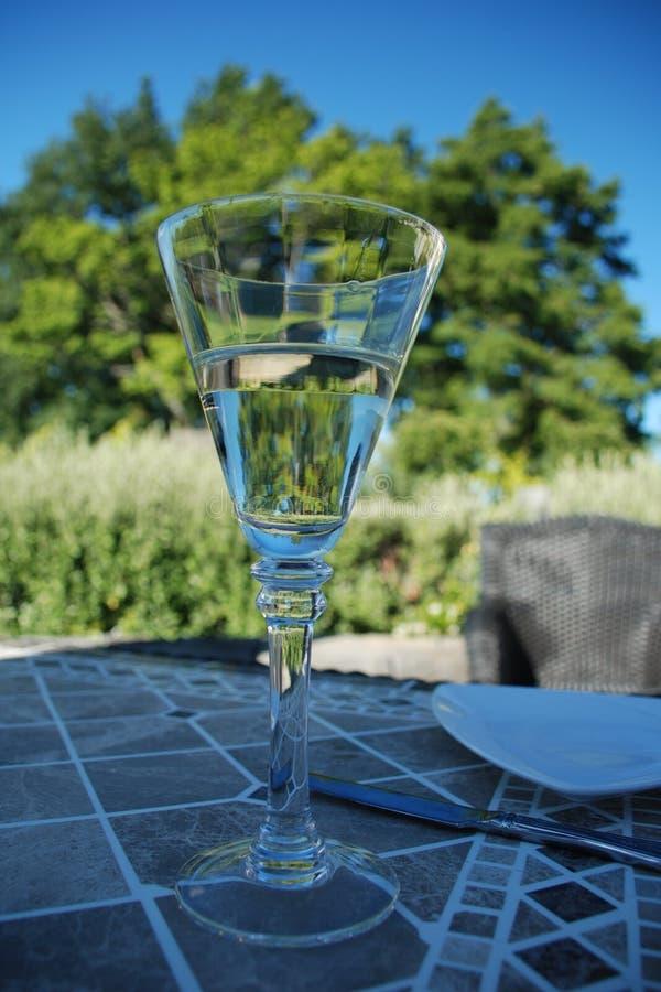 Het genieten van een van wijn royalty-vrije stock afbeeldingen