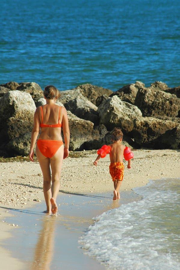 Het genieten van een van zonnige dag op het strand stock afbeelding