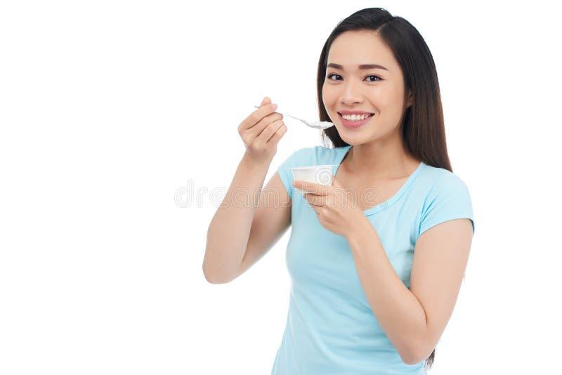 Het genieten van van Griekse yoghurt royalty-vrije stock fotografie