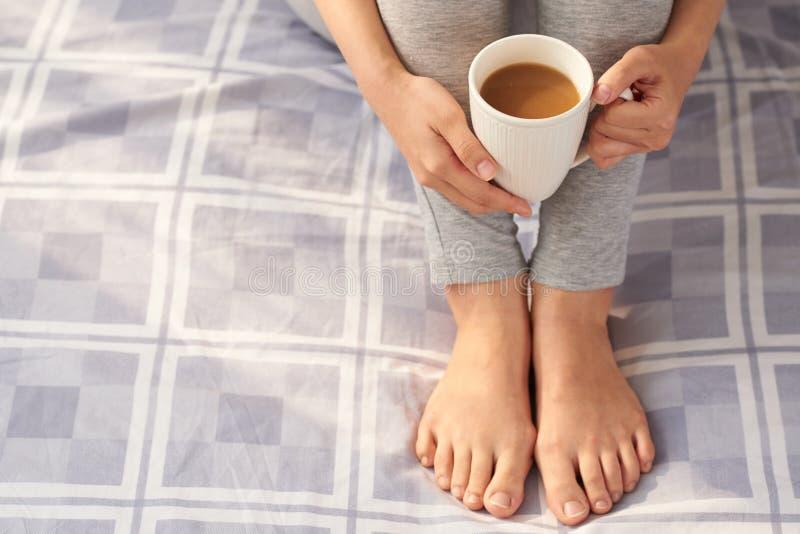 Het genieten van van Luie Zondag met Kop van Koffie stock afbeelding