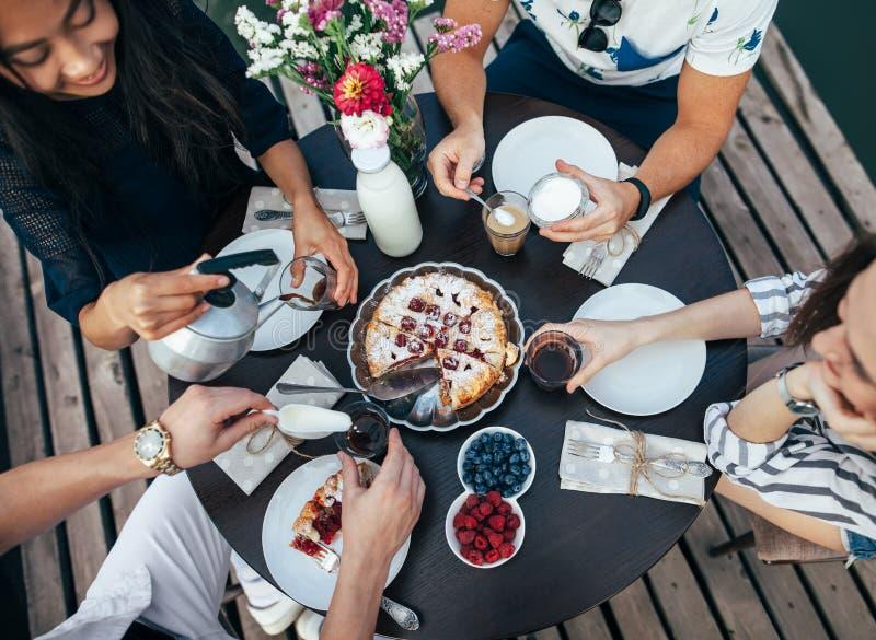 Het genieten van van maaltijd met vrienden royalty-vrije stock afbeeldingen