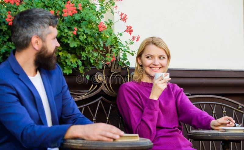 Het genieten van van mooie ochtend Kom eerst van meisje en de rijpe mens samen de vrouw en de man met baard ontspannen in koffie  royalty-vrije stock foto's